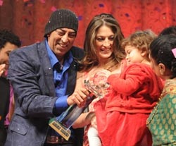 Vindhu Dara Singh with wife Dina and daughter Amelia
