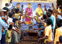 Crowd remembers Dr Vishnuvardhan and garlands his posters