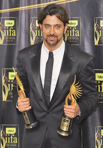 Hrithik Roshan poses with his Best Leading Role award