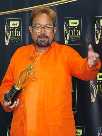 Rajesh Khanna poses with his Lifetime Achievement award at the 10th International Indian Film Academy (IIFA) awards in Macau, China