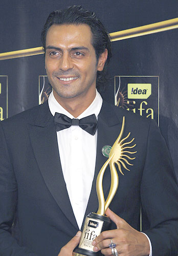 Arjun Rampal poses with his award