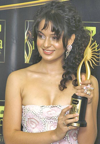 Kangna Ranaut poses with her award