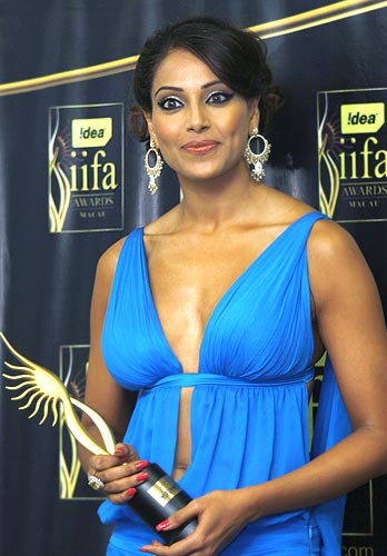 Bipasha Basu poses with her award
