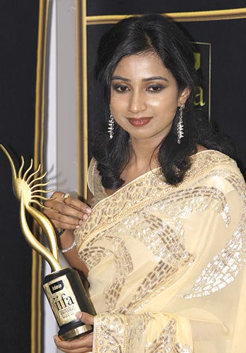 Shreya Ghosal poses with her award