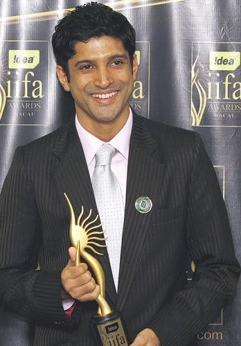 Farhan Akhtar poses with his award