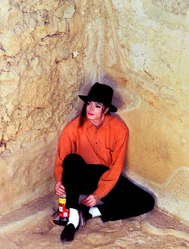 Michael Jackson finds a quiet corner to sit in at Israel's Masada in this September 19, 1993 file photograph