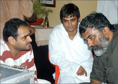 On the sets of Yaavarum Nalam
