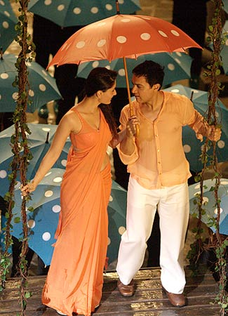 Kareena Kapoor and Aamir Khan in Zoobie Doobie song from 3 Idiots