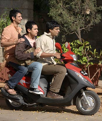 Sharman Joshi, Aamir Khan and R Madhavan in All Izz Well song in 3 Idiots