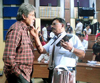 Amitabh Bachchan and Deepak Sawant on the sets of Teen Patti