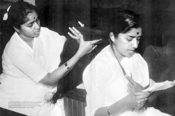 Sisters Asha Bhosle and Lata Mangeshkar