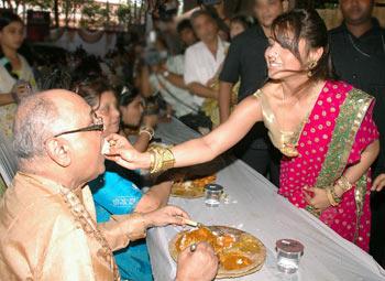 Rani Mukerji feeds her father