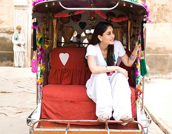 Kareena Kapoor in Jab We Met with her white pajama patiala salwar pants