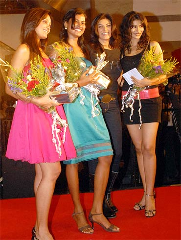 Sushmita Sen poses with the winners of the I Am She 2010 Miss Universe India contest