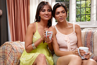 Lara Dutta and Deepika Padukone in Housefull
