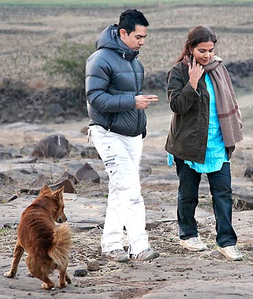 Aamir Khan and Anusha Rizvi on the sets of Peepli Live