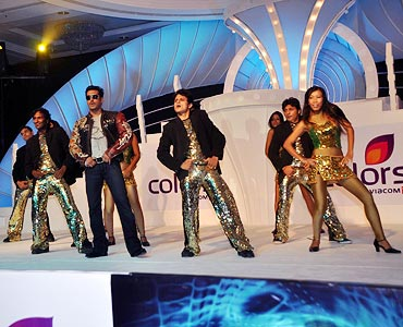 Salman Khan performs with dancers