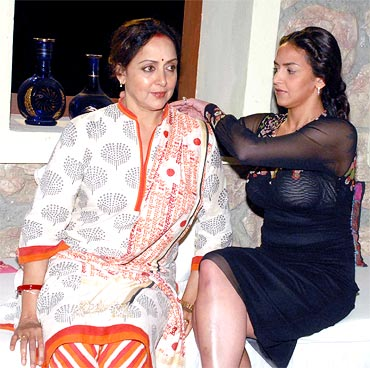 Hema Malini and Esha Deol on the sets of Tell Me O Khuda