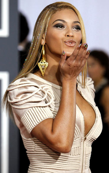 Beyonce blows a kiss as she arrives for the Grammy Awards