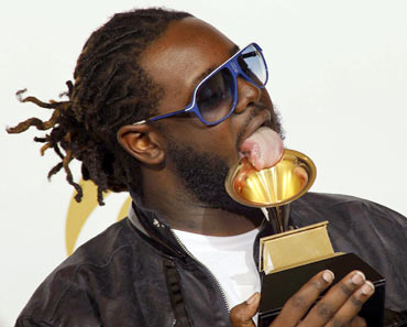 T-Pain licks his award for best R and B performance