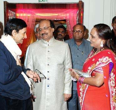 Dev Anand greets Dr Agarwal and his wife