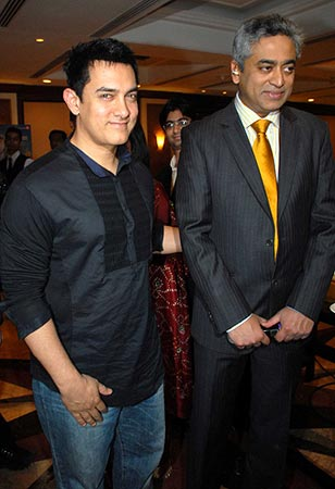 Aamir Khan and Rajdeep Sardesai at the IBN7 Bajaj Allianz Super Idols awards.