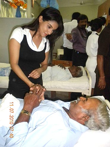Asin at the eye camp in Sri Lanka