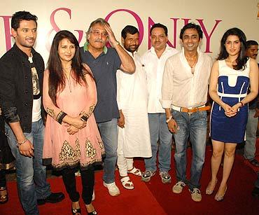 Chirag, Poonam Dhillon, Vinod Khanna, Ram Vilas Paswan, Tanveer Khan, Anuj Saxena and Sagarika Ghatge