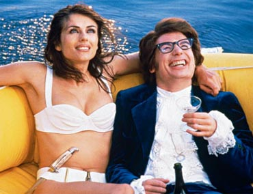 Elizabeth Hurley and Mike Myers in a scene from Austin Powers: International Man Of Mystery