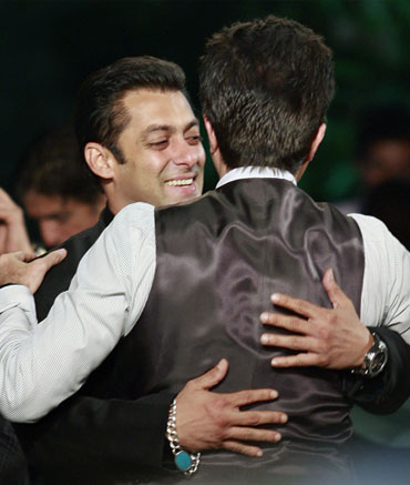 Salman Khan hugs Anil Kapoor on the green carpet