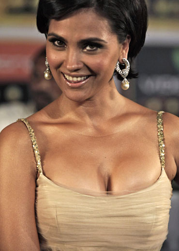Lara Dutta poses for a picture on the green carpet