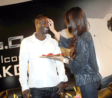 Kareena Kapoor applies a tilak on Akon's forehead