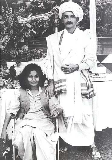 Bhanu Athaiya along with Ben Kingsley