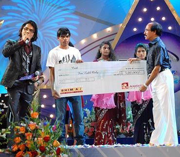 Midhun Lal poses with his cheque of Rs 5 lakh