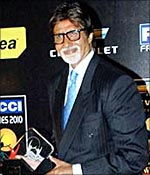 Amitabh Bachchan poses with his Best Actor award for Paa