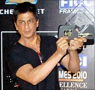 Shah Rukh Khan poses with his Global Entertainment and Media Personality award