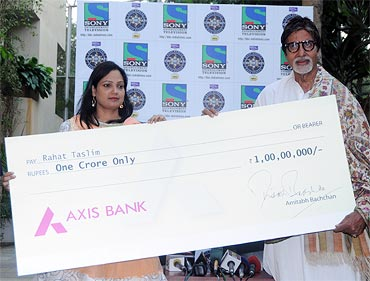 Amitabh Bachchan gives away the cheque to Rahat Taslim
