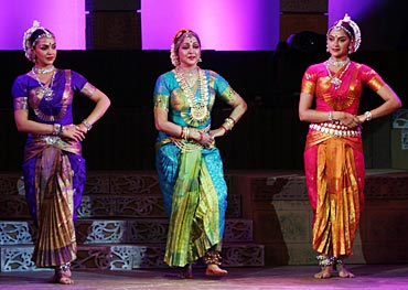 Hema Malini with Esha and Ahana Deol during a performance