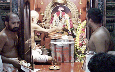 Priests at a temple pray for Endhiran's success