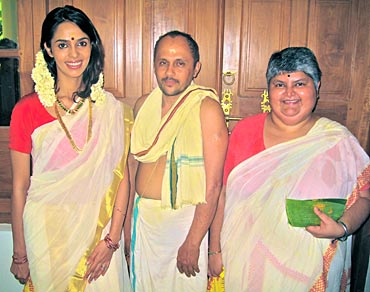 Mallika poses with a pandit and Princess Lakshmi Bai of Travencore
