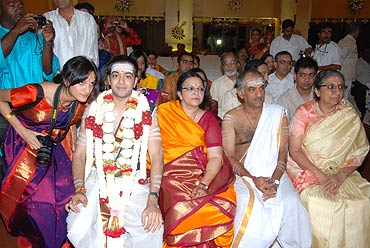 Ashwin's poses with his family