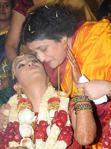 Soundarya and Latha  Rajnikanth
