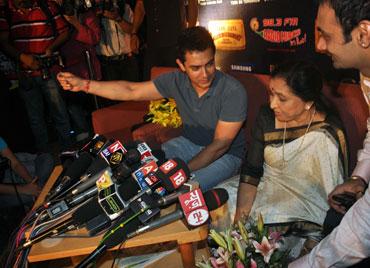 Aamir Khan and singer Asha Bhosle
