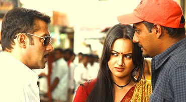Salman Khan, Sonakshi Sinha and Abhinav Kashyap on the sets of Dabangg