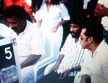 S Vijayan (second from right)  and Salman Khan on the sets of Dabangg