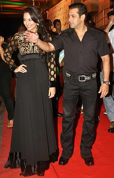 Sonakshi Sinha and Salman Khan at Dabangg premiere