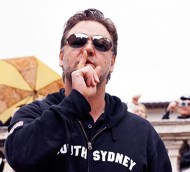 Russell Crowe gestures during an impromptu performance on Rome's Trinita' dei Monti steps