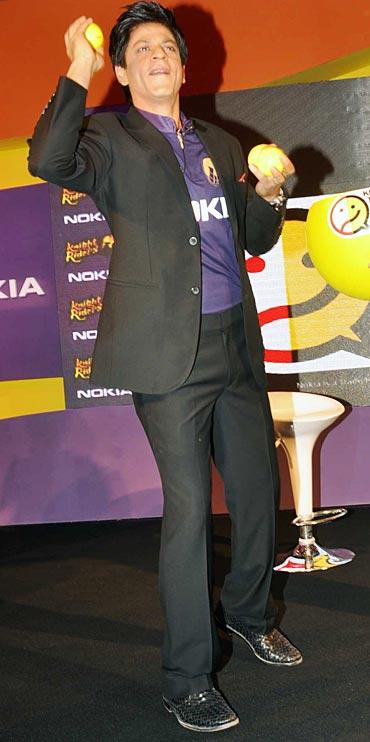 Shah Rukh Khan throws balls at the audience