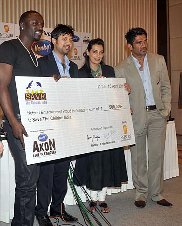 Akon with Mana and Suneil Shetty