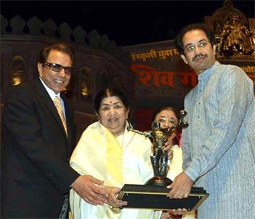 Dharmendra, Lata Mangeshkar, Usha Mangeshkar and Uddhav Thackeray